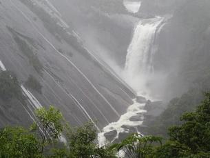 大雨の後の千尋滝のズームの写真素材 [FYI03207099]