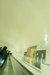 ポスターの貼られた通路 パルリ フランスの写真素材 [FYI03207181]