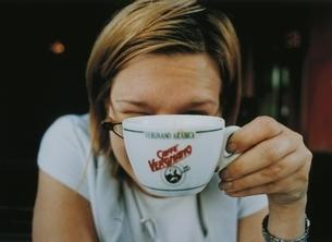 カップと外国人女性の写真素材 [FYI03207196]