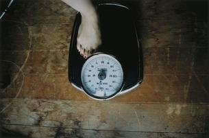 体重計に乗るの写真素材 [FYI03207210]