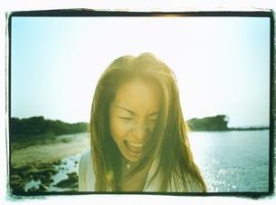 海で叫ぶ日本人女性の写真素材 [FYI03207221]