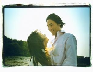 見詰め合う日本人カップルの写真素材 [FYI03207224]