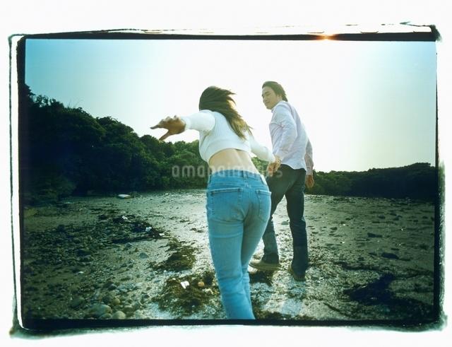 海岸を歩く日本人カップルの写真素材 [FYI03207226]