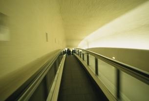 シャルルドゴール空港の動く歩道 パリ フランスの写真素材 [FYI03207230]