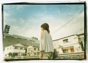 歩く日本人女性の後ろ姿の写真素材 [FYI03207235]