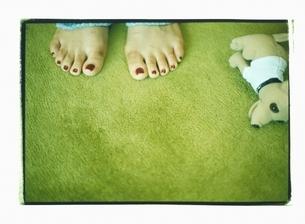 女性の足とぬいぐるみの写真素材 [FYI03207238]