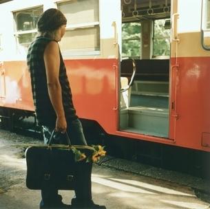 電車に乗る日本人中高年男性の後姿の写真素材 [FYI03207250]
