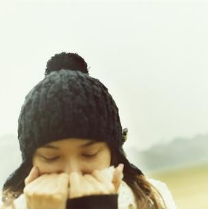ニット帽とマフラーの日本人女性の写真素材 [FYI03207251]