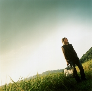 草原を歩く日本人中高年男性の写真素材 [FYI03207259]
