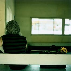 駅のベンチに座る日本人中高年男性の後姿の写真素材 [FYI03207263]