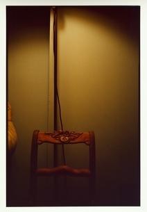 木製椅子と照明コードの写真素材 [FYI03207284]