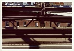 橋のすき間から覗くレンガの建物 9月 ニューヨーク アメリカの写真素材 [FYI03207290]