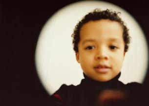 レンズを覗く男の子の写真素材 [FYI03207293]