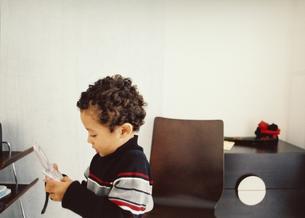 携帯電話で遊ぶ男の子の写真素材 [FYI03207295]