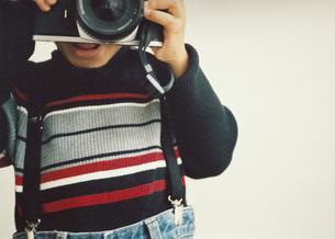 カメラを構える男の子の写真素材 [FYI03207301]