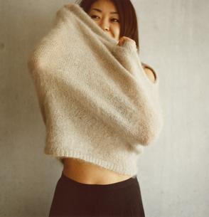 着替えをする日本人女性の写真素材 [FYI03207314]