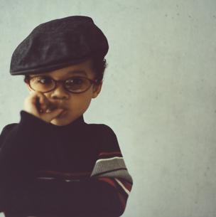 帽子とメガネの男の子の写真素材 [FYI03207316]