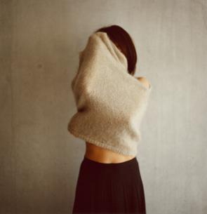 着替えをする日本人女性の写真素材 [FYI03207323]