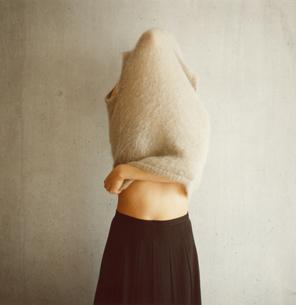 着替えをする日本人女性の写真素材 [FYI03207329]