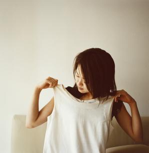 着替えをする日本人女性の写真素材 [FYI03207333]