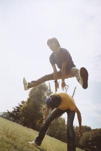 馬飛びをする2人の日本人男性の写真素材 [FYI03207363]