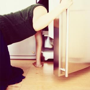 冷蔵庫を覗く日本人女性の後姿の写真素材 [FYI03207367]