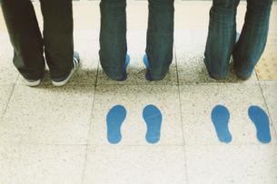ジーパンの女性の足元と足型の写真素材 [FYI03207404]