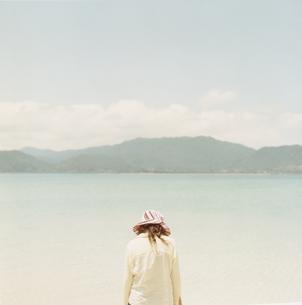 海辺の女性の背中の写真素材 [FYI03207411]