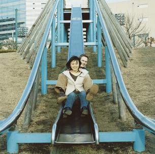 公園で遊ぶインターナショナルカップルの写真素材 [FYI03207427]