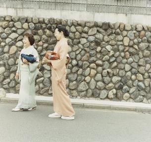 着物姿のシニア女性二人の写真素材 [FYI03207428]
