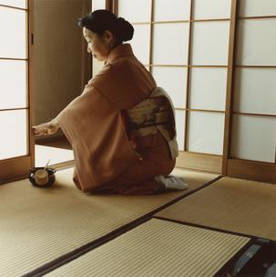 障子を開ける着物姿のシニア女性の写真素材 [FYI03207448]