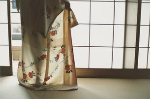 着物を着る女性の写真素材 [FYI03207457]