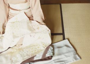 着物をたたむ女性の写真素材 [FYI03207459]