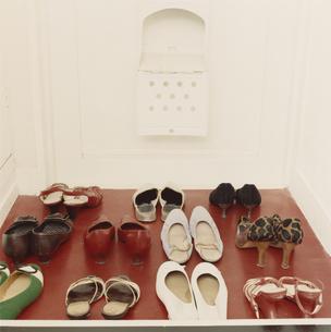 玄関に並ぶ女性の靴の写真素材 [FYI03207470]