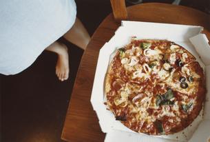椅子の上のピザの写真素材 [FYI03207472]