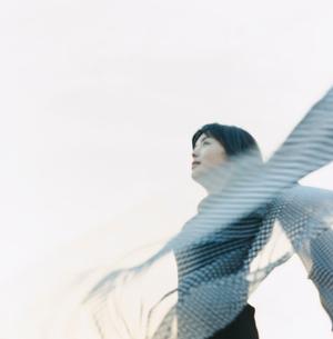 スカーフがたなびく女性の写真素材 [FYI03207478]