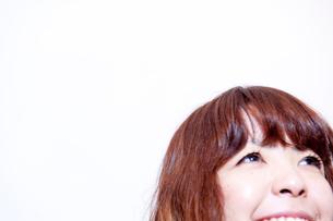 白バックで笑うボブヘアの20代女性の写真素材 [FYI03207483]