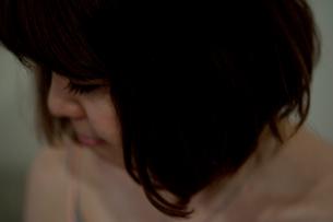 うつむくボブヘアの20代女性の写真素材 [FYI03207486]