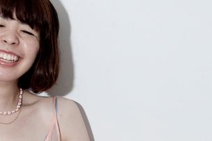 キャミソールを着て笑うボブヘアの20代女性の写真素材 [FYI03207494]
