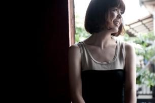 窓辺で笑うボブヘアの20代女性の写真素材 [FYI03207542]