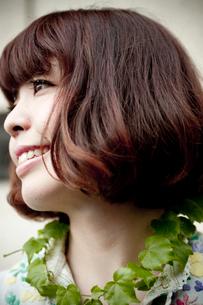 葉っぱの首飾りを首に巻いたボブへアの20代女性の写真素材 [FYI03207545]