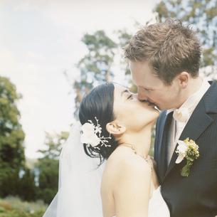 キスをする新郎新婦の写真素材 [FYI03207547]