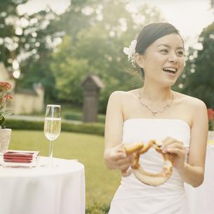 ウエディングドレスを着た女性の写真素材 [FYI03207551]