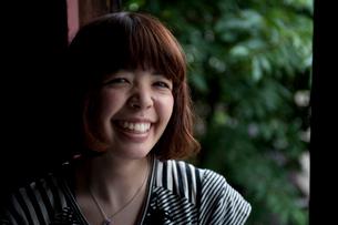 窓辺で笑うボブヘアの20代女性の写真素材 [FYI03207554]