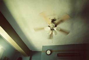 天井でまわるファンの写真素材 [FYI03207556]