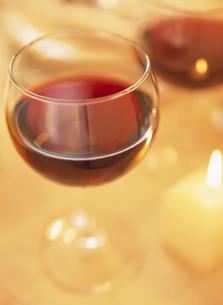 赤ワインの入ったグラスの写真素材 [FYI03207588]