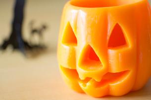 ハロウィンのお化けかぼちゃキャンドルの写真素材 [FYI03207612]