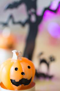 ハロウィンのお化けかぼちゃキャンドルの写真素材 [FYI03207615]