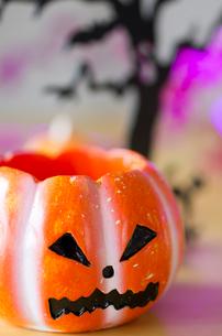 ハロウィンのお化けかぼちゃキャンドルホルダーの写真素材 [FYI03207617]