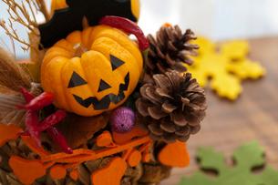 ハロウィンのお化けかぼちゃアレンジメントの写真素材 [FYI03207624]